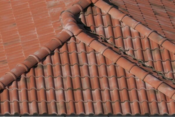モニエル瓦の屋根のひび割れの補修方法